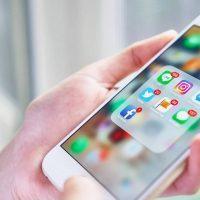Expert en social media et réseaux sociaux avec un smarpthone
