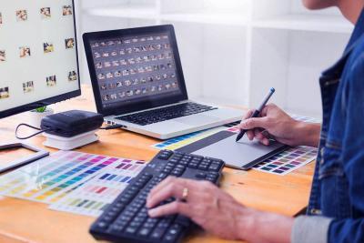 Web designer qui crée un site internet et web design